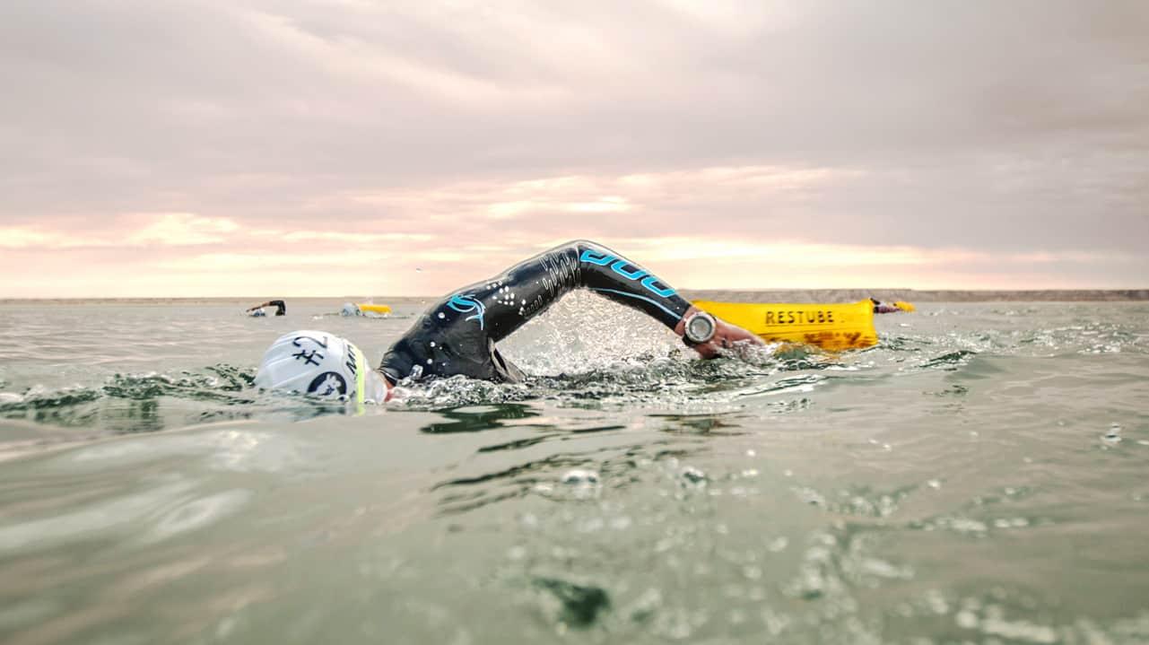 Schwimmer mit Restube